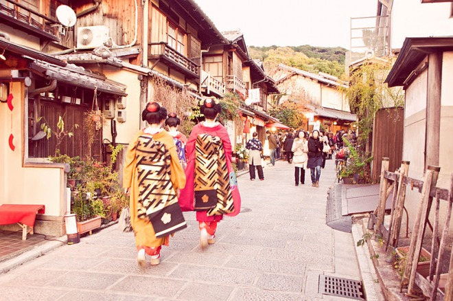 Geisha đi lại ở Gion