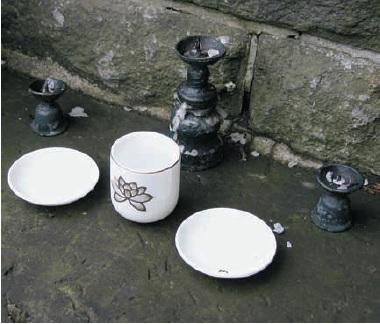 Chén và bát trên bậc thềm trước đền. Trước khi vào thăm đền, mọi người phải rửa tay và nhấp một ngụm nước để tẩy sạch miệng của mình, nhưng không được để moi chạm vào nguồn nước.