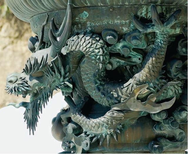 [ Hình rồng khắc trên bát hương] Rồng thường là linh vật đại diện cho Đại dương và Vua chúa. Thanh kiếm Kusanagi được Susanowo lấy ra từ bụng một con rắn 8 đầu mình có vảy như rồng.
