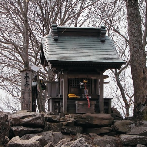 Một đền thờ Thần nằm trên một đỉnh núi ở Sendai, Nhật Bản.